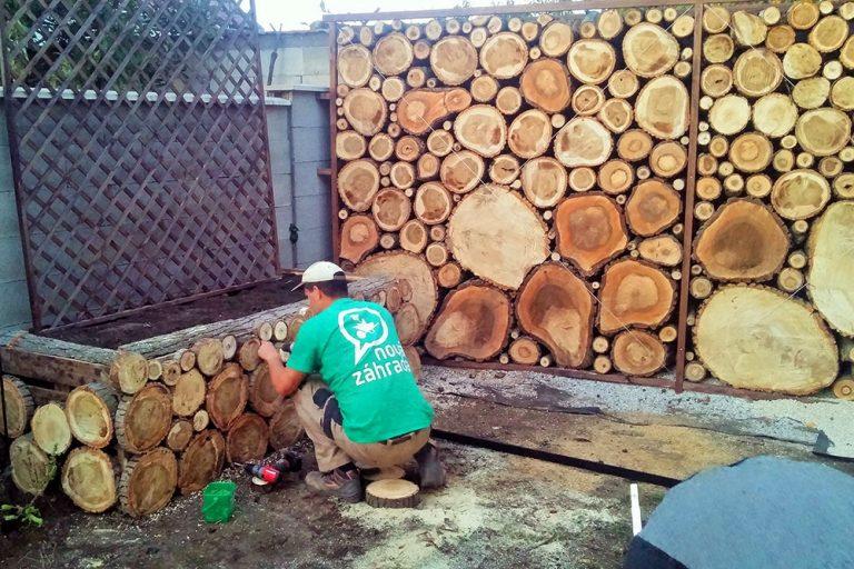 Vyvýšený záhon z dreva