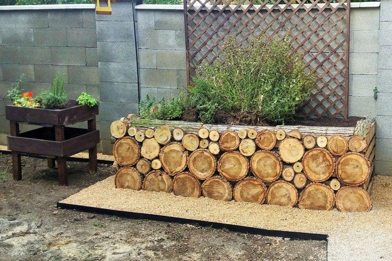 Vyvýšený záhon obložený drevom