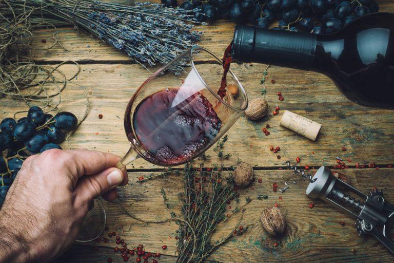 Bylinkové víno pozdvihne náladu a lieči množstvo ochorení. Ako si ho pripraviť?