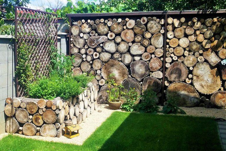 Betónový plot obložený drevom