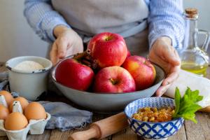 Jablká v miske, príprava na pečenie