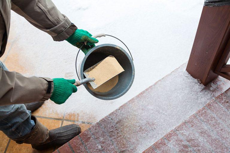 Čím pri poľadovici nahradiť posypovú soľ?