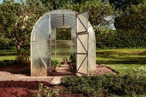 Polykarbonátový skleník v záhrade