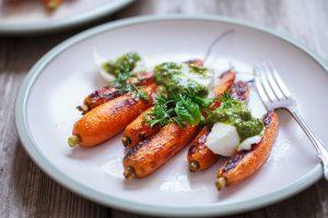 Pripravte si zdravú rýchlovku: Recept na pečenú mrkvu s pestom
