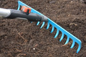 Urovnanie pôdy hrabľami