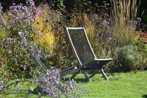 Prírodná záhrada so záhradným kreslom