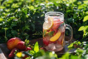 Letný nápoj s ovocím
