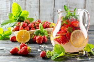 Teplé dni sa blížia. Využite dary záhrady a pripravte si domáce nápoje pre osvieženie i relax