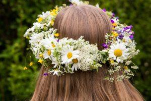 Veniec z lúčnych kvetov na hlave