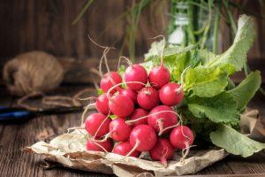 Zväzok červenej reďkovky na stole