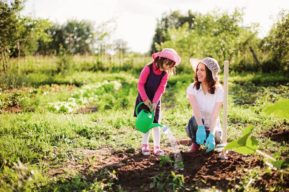 Matka s dcérou v záhrade