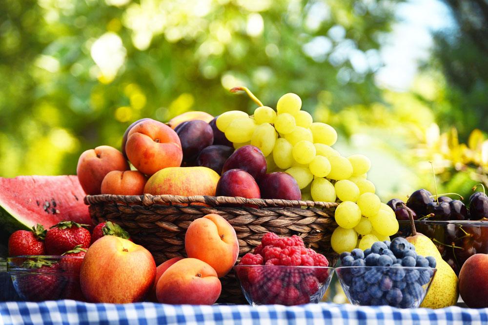 Záhradné ovocie v košíku na stole