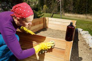 Ošetrenie dreva na vyvýšenom záhone