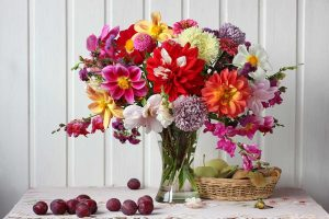 Rezané kvety zo záhrady vo váze na stole
