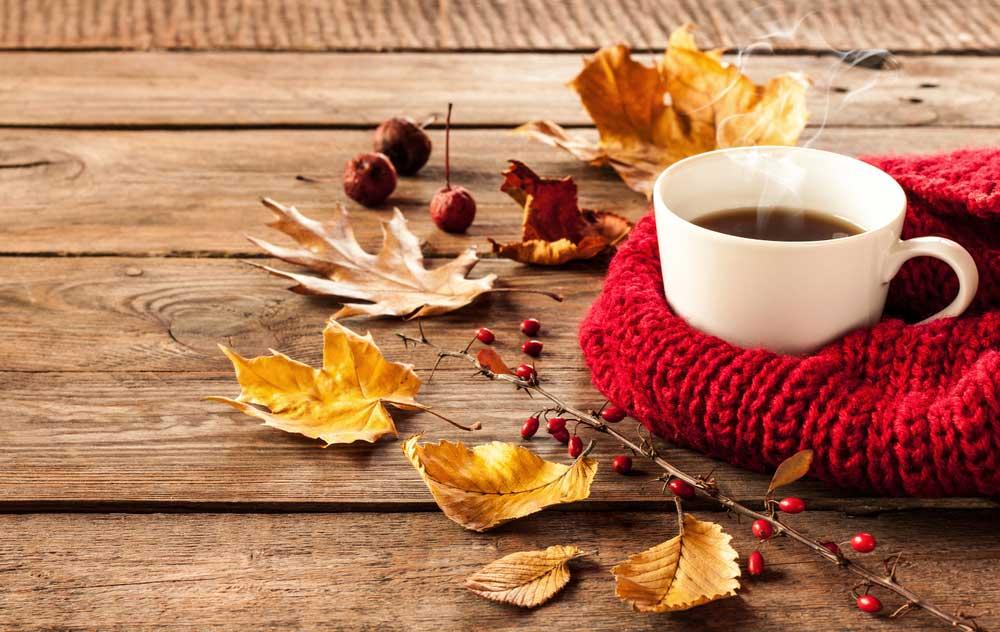 Jeseň, lístie a teplý čaj